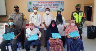 Penyaluran BLT-DD Tahap IV di Balai Kantor Desa Tanjung Kec. Bunguran Timur Laut Kab. Natuna, Rabu 28 April 2021.